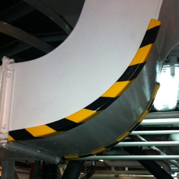 Hjørne beskyttelses bumper monteret på et skib.