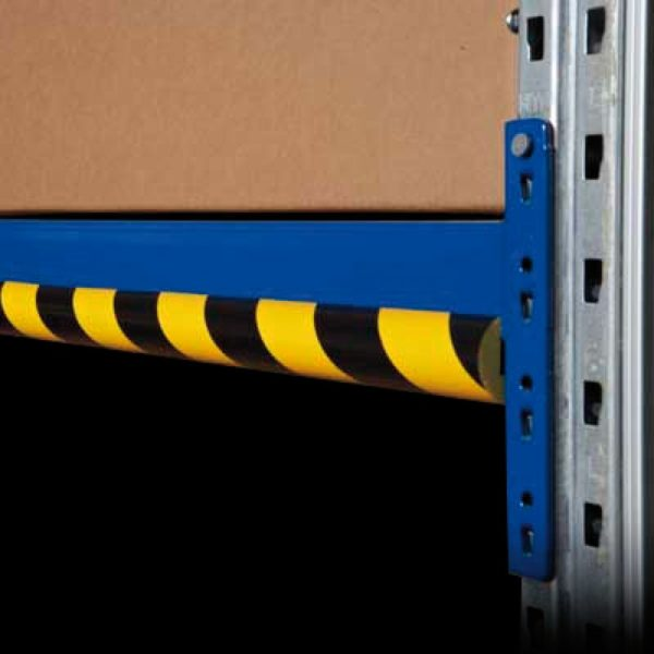 Kant beskyttelses bumper monteret på et lager.