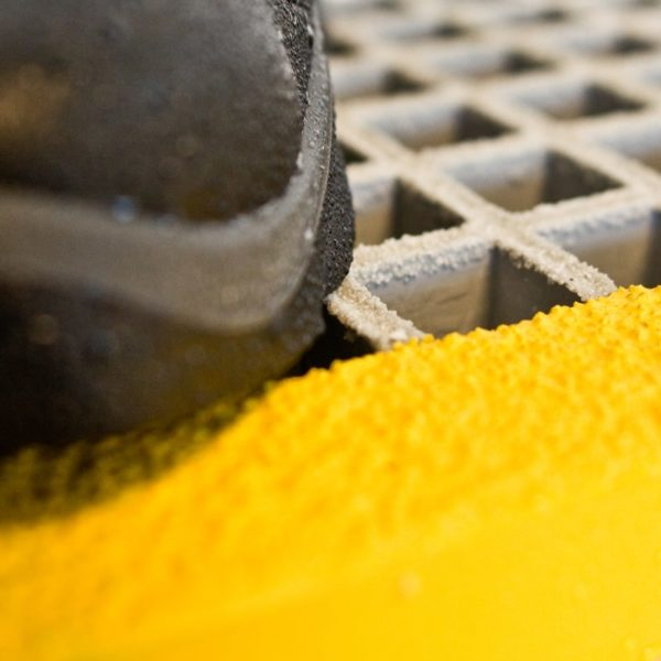 FRP stair tread with yellow nose inMESH 31x31-h38.