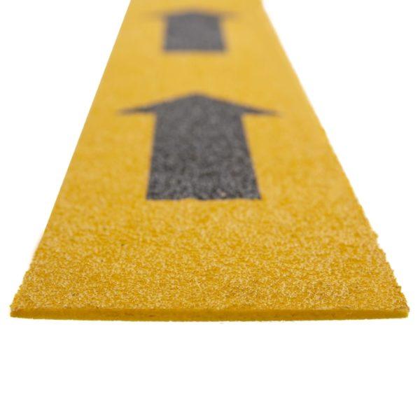 Flugtvej markør i gul med piler på 100mmx1200mm.