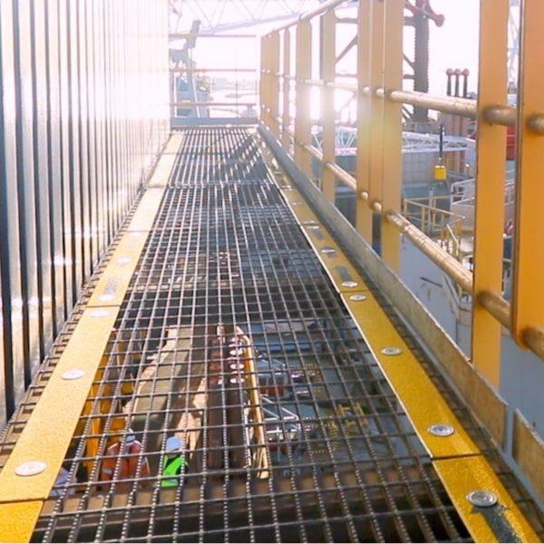 Skridsikker flugtvej markører monteret på stål riste.
