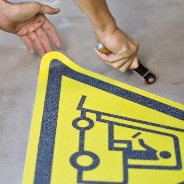 Skridsikker gulv markør monteret på beton gulv.