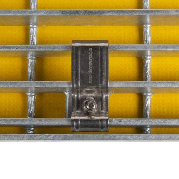 Montage sæt underfra på stål trappetrin.