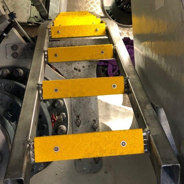 Skridsikre stigesikring firkant monteret på stål dørkplade trin.