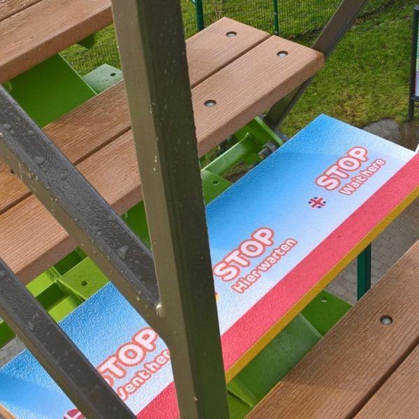 Trinsikring med skræddersyet design på træ.